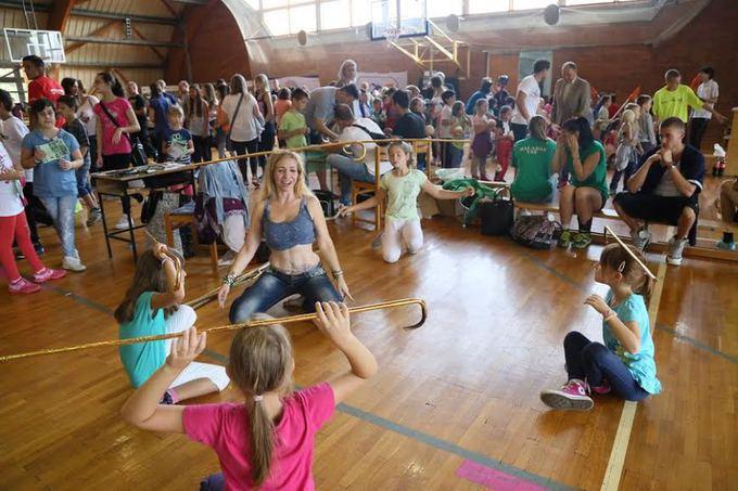 Labdarúgás, kosárlabda, kézilabda, atlétika, amerikai foci, futsal, ökölvívás, ritmikus sportgimnasztika, a legkülönbözőbb önvédelmi sportok, hogy csak néhány sportágat említsünk az V. Szombathelyi Nagy Sportágválasztó kínálatából. A Pannonsport Kft. és a Nyugat-magyarországi Egyetem Savaria Egyetemi Központja által szervezett szeptember 5-6-i eseményen mintegy negyven sportágat próbálhattak ki a családok és az iskolába járó fiatalok. Fotósunk a legérdekesebb pillanatokat örökítette meg.