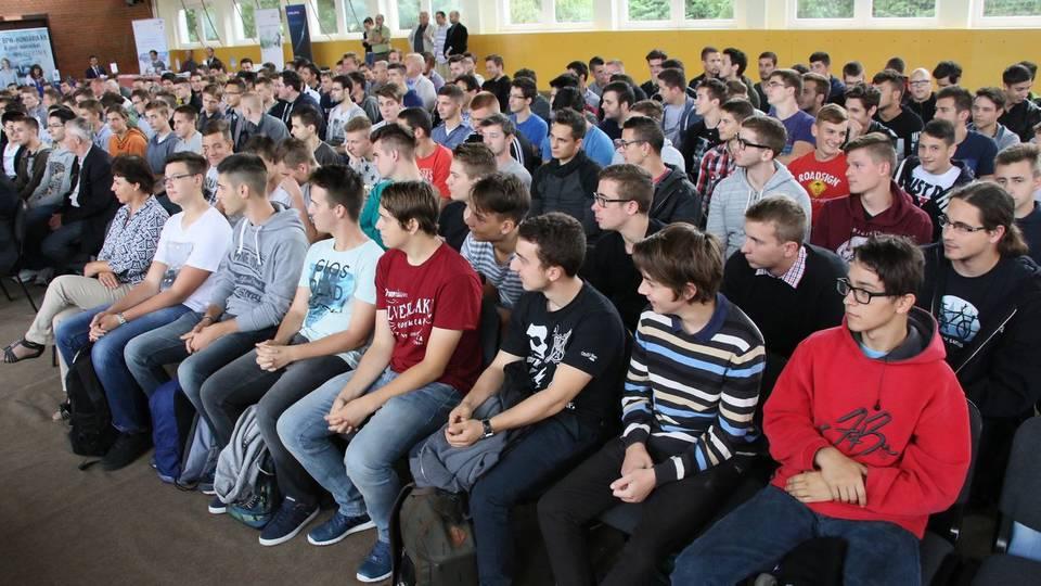 Több mint 300 középiskolás hallgatta meg a szombathelyi duális gépészmérnökképzés és partnercégeinek toborzó előadásait.