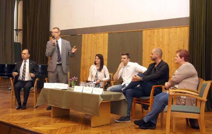 """A szombathelyi Nyugat-magyarországi Egyetem Sporttudományi Intézete Sportszakmai Napokat tartott április 14-15-én. Kedden egy beszélgetés keretében a média és sport kapcsolatának fontosságára hívták fel a figyelmet. """"Média a sportban, sport a médiában"""" címmel tartott talk-show-n részt vett Koczka Tibor, alpolgármester is, aki rávilágított a sport és média kapcsolatának nélkülözhetetlenségére, arra a tényre, hogy a sport nem létezhet a média nélkül, ahogy a média sem létezhet sport nélkül."""